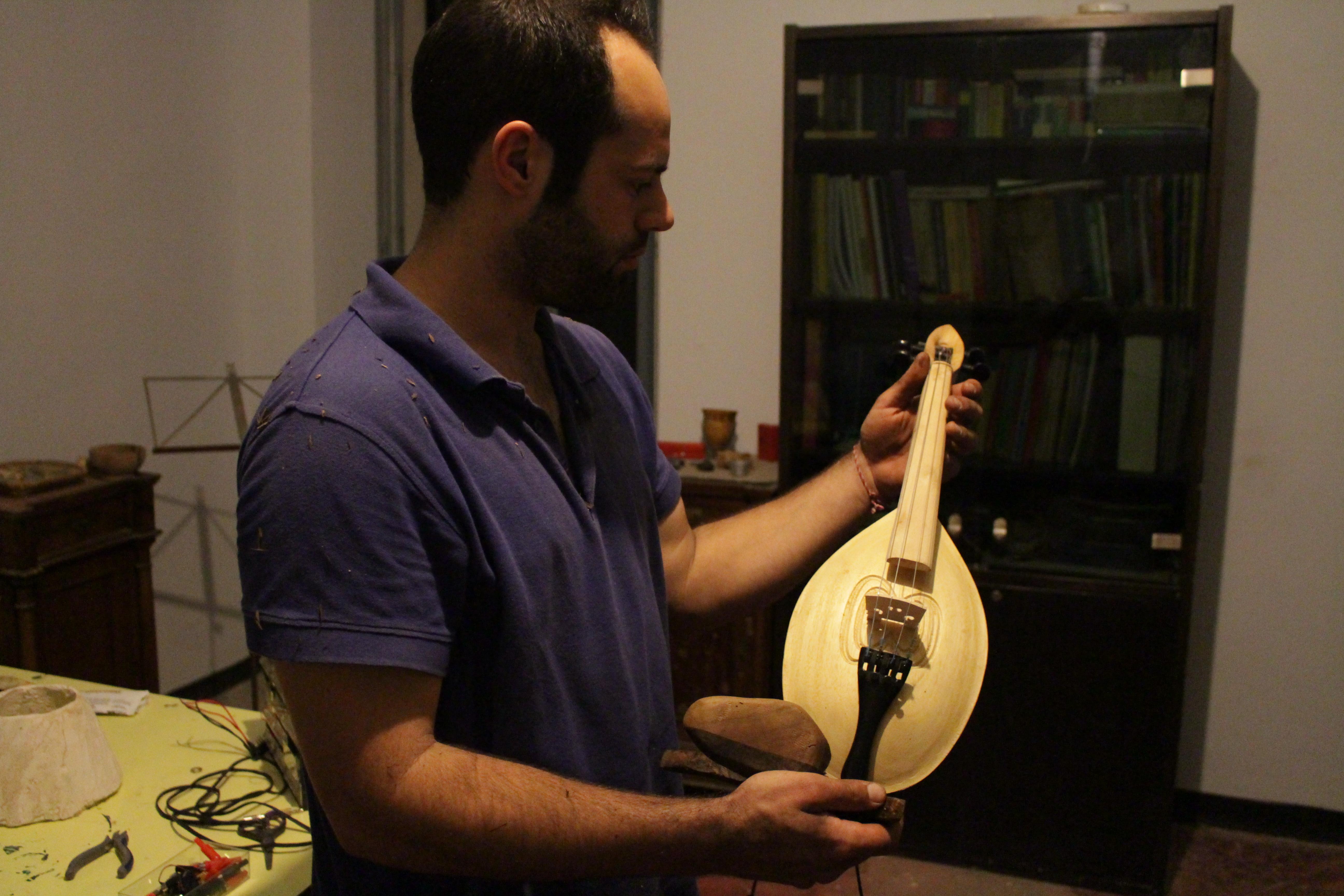 Strumenti musicali creati da materiali naturali e sintetici.