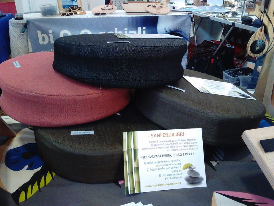 bio-seduta, cuscino/sedile trasportabile che trasforma ogni sedia in ergonomica, stimolando la muscolatura della colonna vertebrale evitando danni dati dalla sedentarietà.